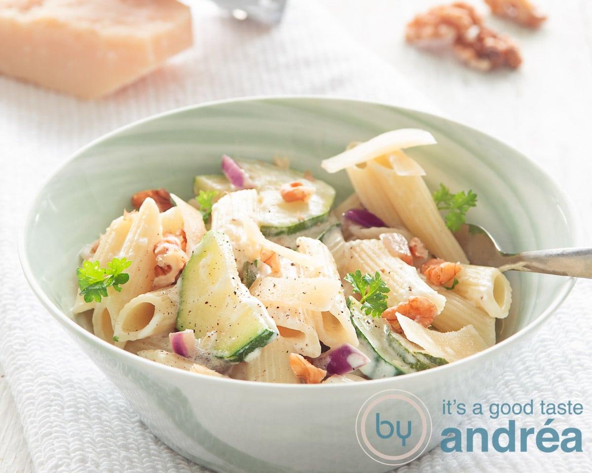 groene kom met pasta, komkommer en walnoten
