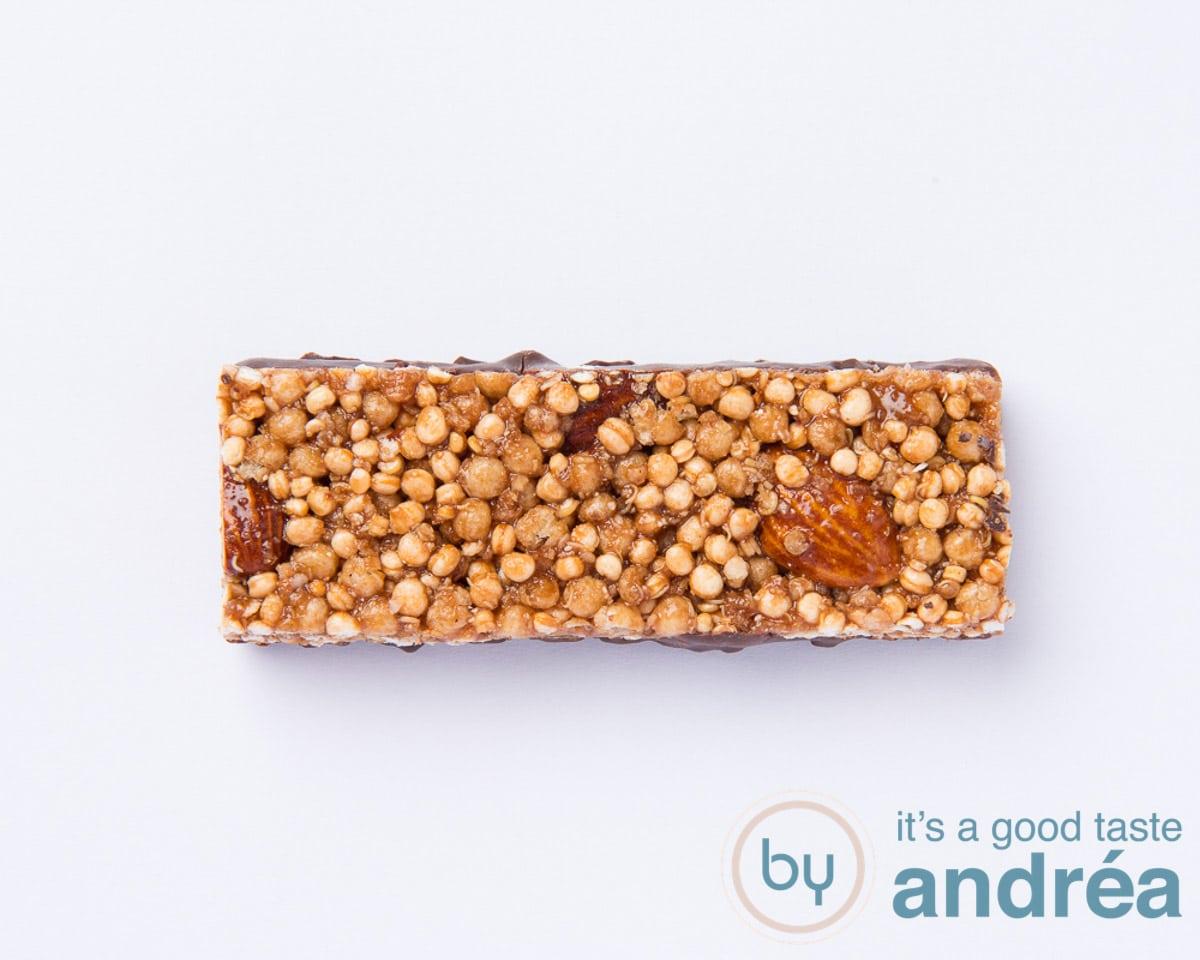Een quinoa reep met noten op een witte ondergrond