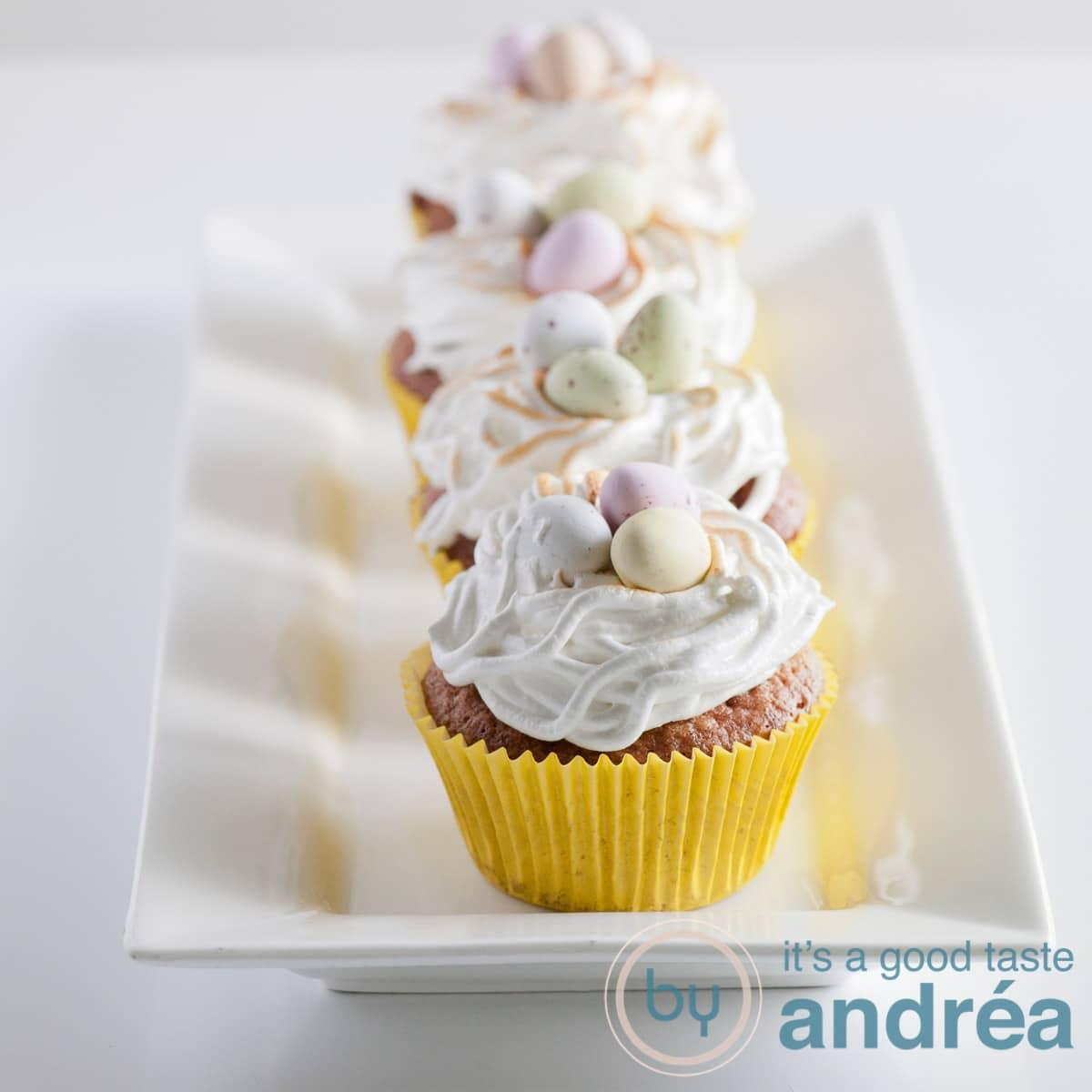 vier Paascupcakes op een rij in een witte cupcake vorm